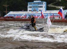 Флешмоб на аквабайках в честь Дня флага устроили в Приморье 1