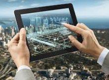 В России ведется активная работа по цифровизации отрасли ЖКХ. Активно развивается информационная система ГИС ЖКХ, воплощается в жизнь программа «Умный город». В городской и коммунальной инфраструктуре внедряются различные цифровые и инженерные решения. Цель программы повысить эффективность работы всех систем сферы ЖКХ. Предполагается, цифровизация отрасли ЖКХ позволит оптимизировать технологические процессы и тем самым снизить издержки как временнЫе, так и финансовые, обеспечить контроль со стороны государства. Перевод бумажной документации на дома в электронный вид позволит многократно упростить и ускорить работу УК, повысить качество услуг для жильцов. В настоящее время Минстрой выступает с инициативой перевести всю документацию на жилые дома в электронный вид. Согласно инициативе министерства, техническая документация на строительство и реконструкцию многоквартирного дома, ключи от помещений общего имущества собственников и электронные коды доступа к оборудованию должны передаваться не только на бумажном носителе, но и на электронном. Также, копии этих документов должны появиться в Государственной информационной системе жилищно-коммунального хозяйства (ГИС ЖКХ) и обновляться по мере необходимости. В перспективе ГИС ЖКХ может стать электронной картотекой всего жилищного фонда в стране. Весьма вероятно также, что в ближайшее время в России появится стандарт на оказание цифровых услуг жителям со стороны управляющих компаний. Введение такого стандарта поможет упорядочит работу всех организаций, сделает процессы прозрачными. В стандарт могут войти услуги, которые предоставляют УК в цифровом формате – прием и регистрация заявок на проведение работ в ЖКХ, сообщения о неисправностях, консультации со специалистами. Сегодня уже многие УК используют разные программные продукты, но единых требований к ним пока нет. Появление единых требований к ПО позволит сделать взаимодействие с ГИС ЖКХ более качественным.